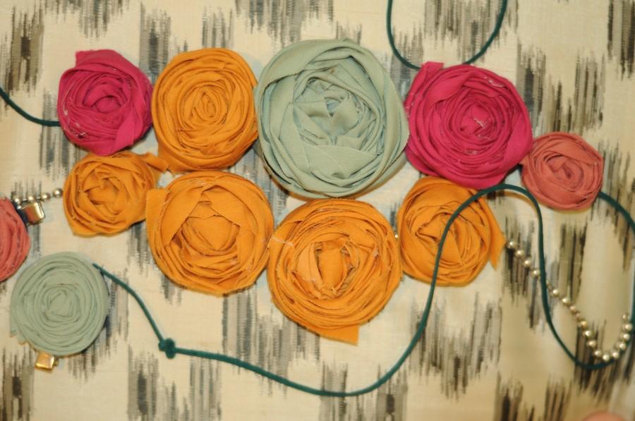 Couronnes et roses en tissus