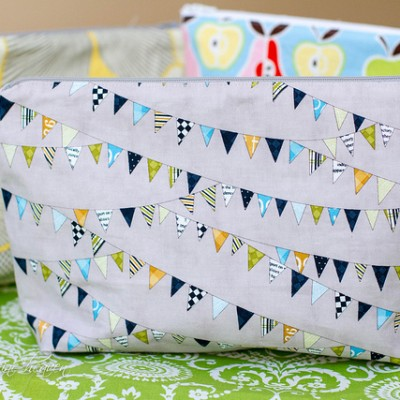 12 Days of {handmade} Christmas ::Day 1  Large Zippered Make-up Bag